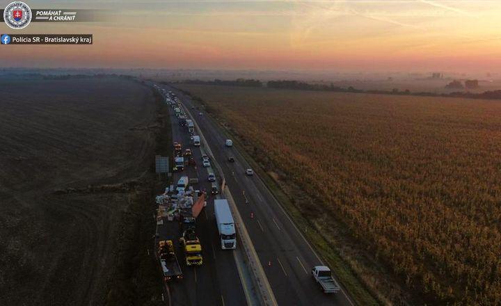 FOTKA NA VEČER📸  Zábery z diaľnice D1, kde došlo dnes v skorých ranných hodinách k prevráteniu kamióna a následným komplikáciám …